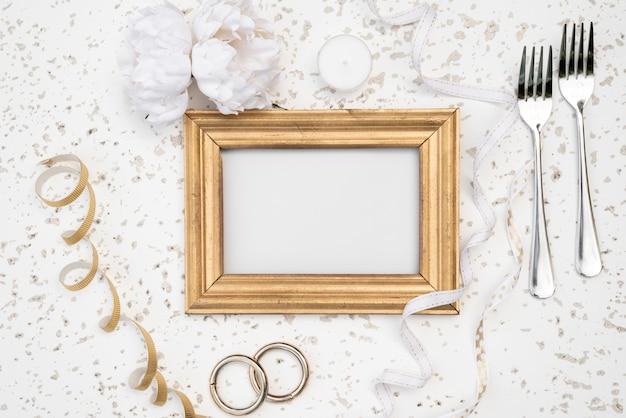 Quadro de mock-up com alianças de casamento