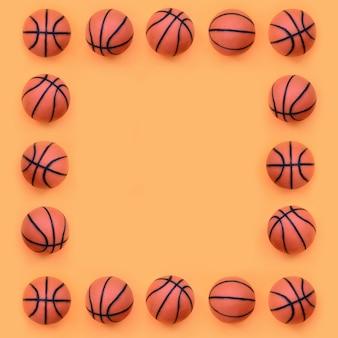 Quadro de muitas pequenas bolas laranja para jogo de esporte de basquete mentiras onfashion papel cor laranja pastel no conceito mínimo