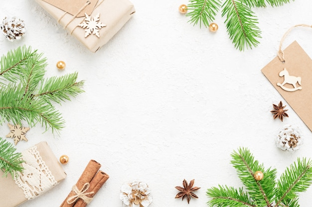 Quadro de natal de abeto verde, presentes, decorações de ano novo em branco.