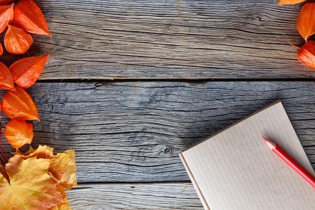 Quadro de outono backgrount com caderno para anotações