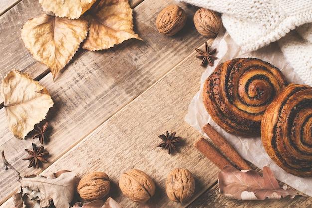 Quadro de outono com pastelaria, folhas e especiarias em madeira