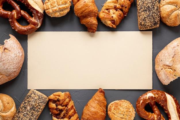 Quadro de pão e croissants com espaço de cópia