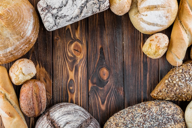 Quadro de pão saboroso crocante em pano de fundo de madeira
