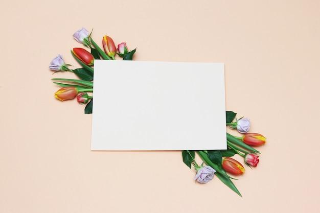 Quadro de papel com tulipas vermelhas, rosas brancas, folhas verdes
