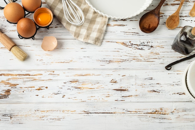 Quadro de pastelaria, ingredientes, utensílios de cozinha em madeira rústica