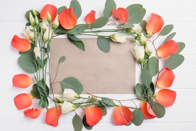 Quadro de pétalas e flores em volta do papel