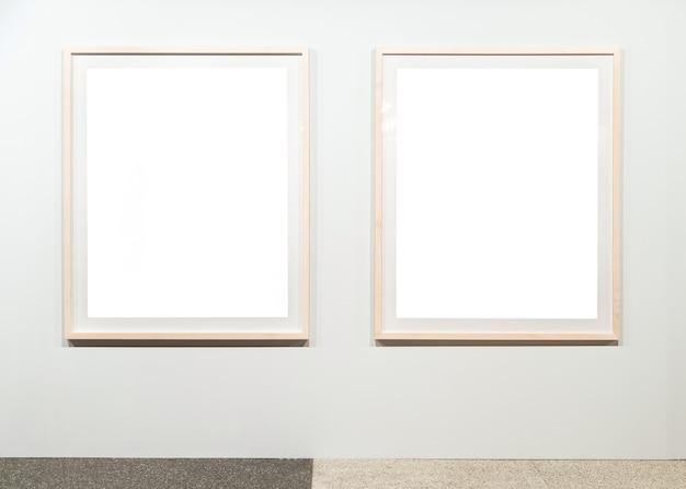 Quadro de pintura vazio em branco na parede.