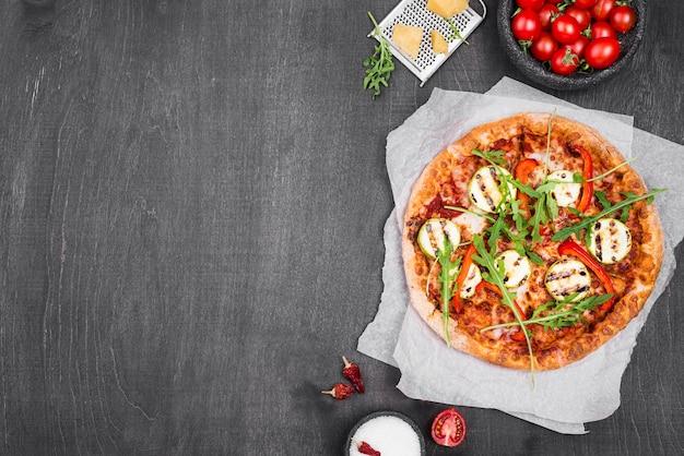 Quadro de pizza de rúcula de vista superior