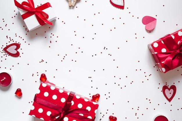Quadro de presentes, confetes, velas e corações em um fundo branco. o plano de fundo dia dos namorados