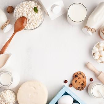 Quadro de produtos lácteos em fundo branco