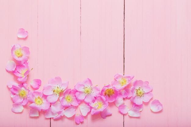 Quadro de rosas em madeira rosa