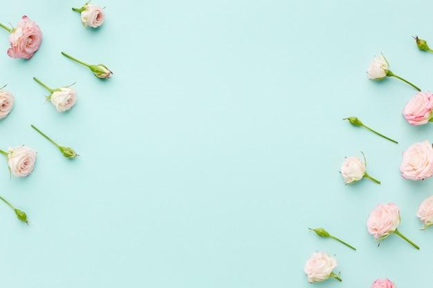 Quadro de rosas rosa com vista superior do espaço de cópia