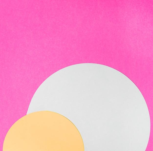 Quadro de semi círculo amarelo e branco em fundo rosa