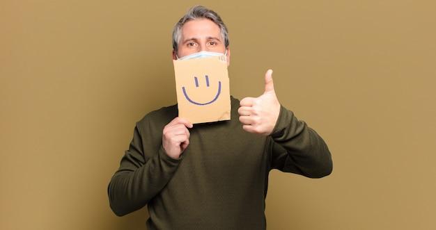 Quadro de sorriso de homem de meia-idade com máscara protetora