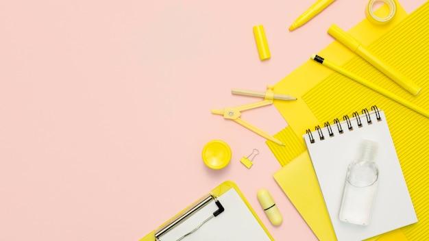 Quadro de suprimentos amarelo de vista superior