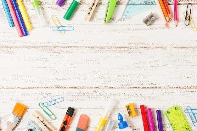Quadro de suprimentos escolares em fundo de madeira