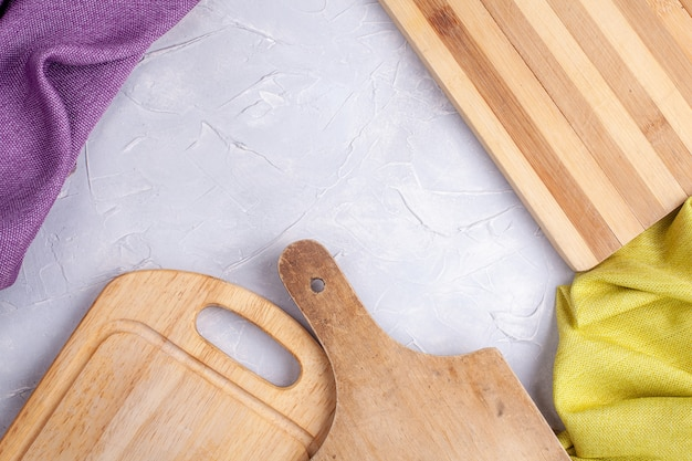 Quadro de tábuas de madeira e tecido em concreto cinza