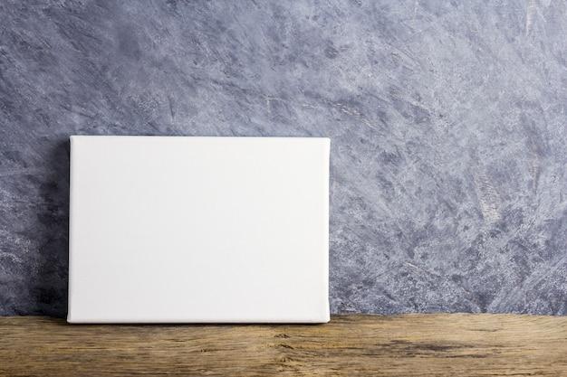 Quadro de tela em branco na madeira velha, com espaço de cópia