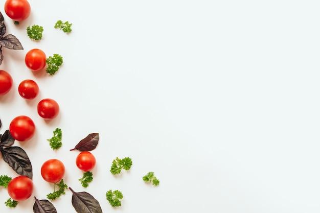 Quadro de tomate cereja, folhas de manjericão roxo e salsa
