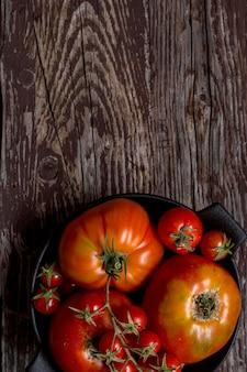 Quadro de tomates em fundo de madeira