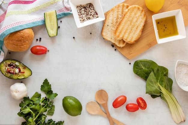 Quadro de torradas e legumes na mesa