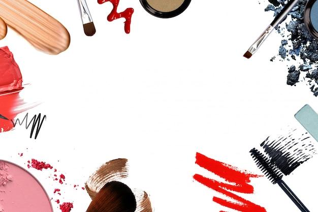 Quadro de vários cosméticos decorativos para o conceito de beleza de promoção