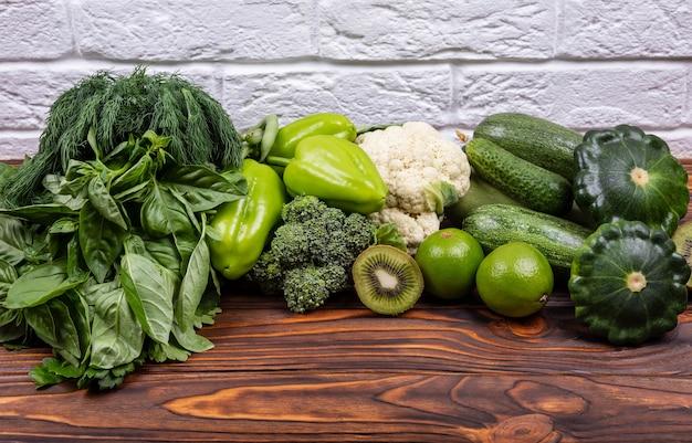 Quadro de vegetais coloridos de verão variedade de vegetais verdes crus