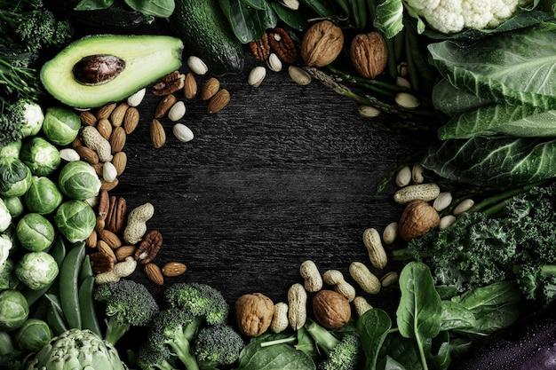 Quadro de vegetais crus com nozes e abacate