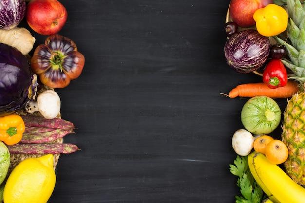 Quadro de vegetais e frutas em fundo preto