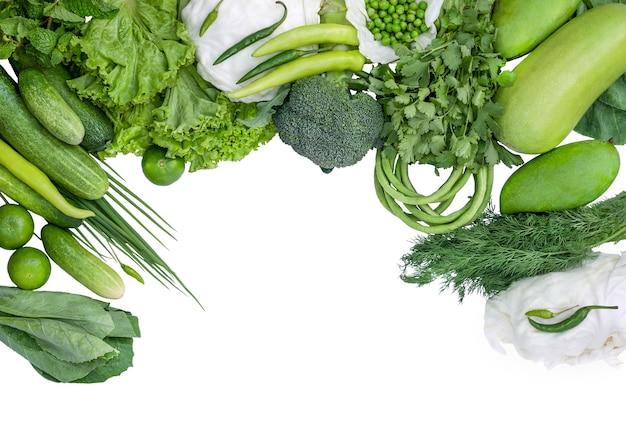 Quadro de vegetais verdes e frutas isoladas no fundo branco.