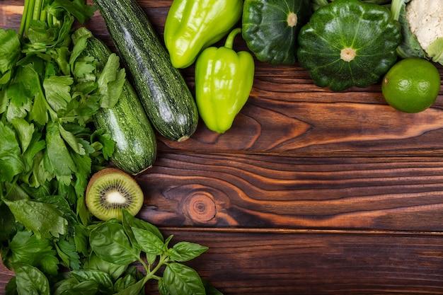 Quadro de vegetais verdes em vegetais verdes de fundo de madeira