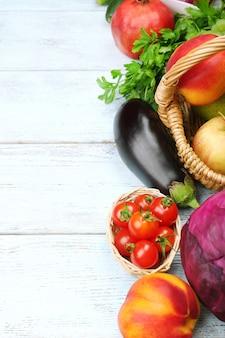 Quadro de verão com frutas e vegetais orgânicos frescos na mesa de madeira