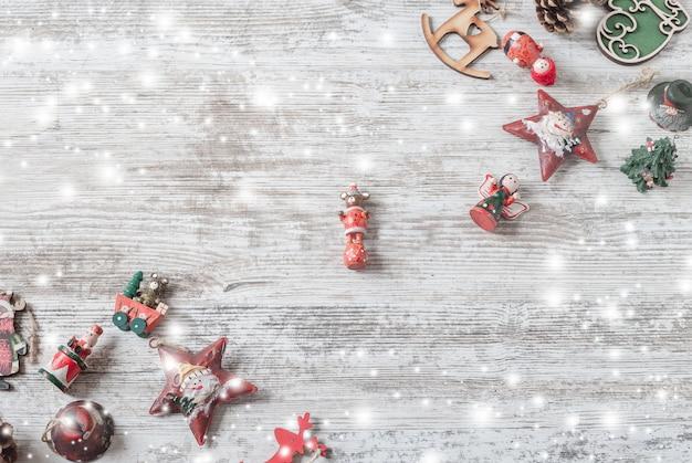 Quadro de vista superior com decorações de natal em madeira branca