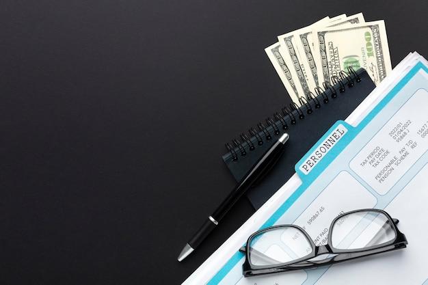 Quadro de vista superior com documento e dinheiro