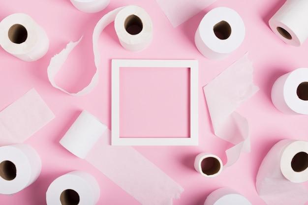 Quadro de vista superior de rolos de papel higiênico