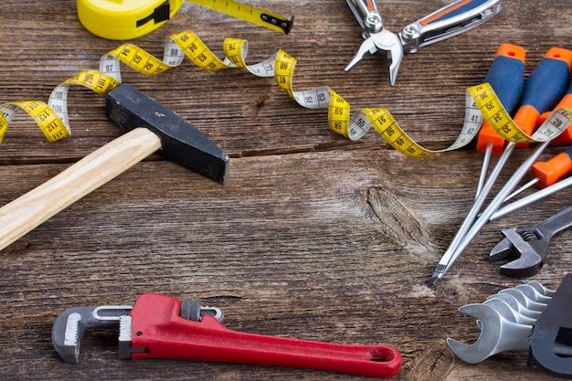 Quadro do kit de ferramentas em fundo de madeira