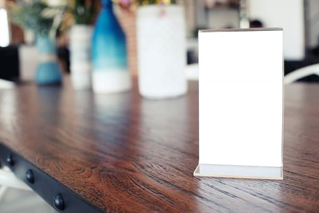 Quadro do menu que está na tabela de madeira no café do restaurante da barra. espaço para promoção de marketing de texto