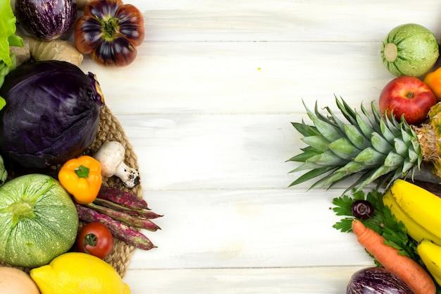 Quadro dos vegetais e frutas no fundo de madeira branco.
