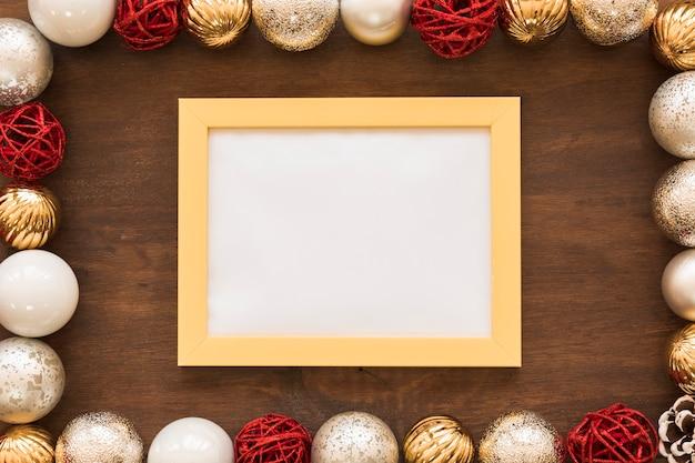 Quadro em branco com enfeites brilhantes na mesa