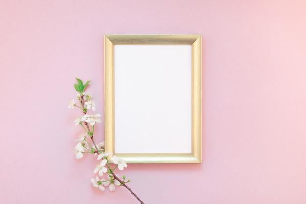 Quadro em branco com flores brancas