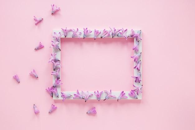 Quadro em branco com pequenas flores roxas