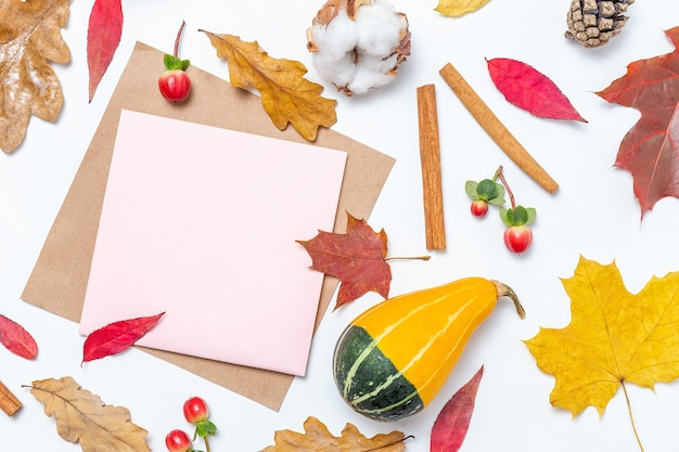 Quadro em branco de papel artesanal e folhas de outono, fundo de algodão, abóbora, canela. maquete de outono. composição de outono, conceito de outono. camada plana, vista superior e espaço de cópia