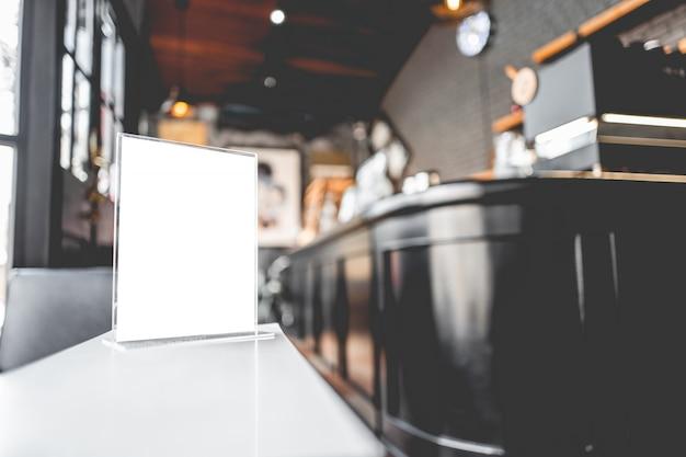 Quadro em branco do menu no restaurante