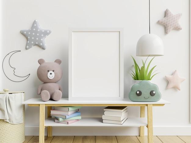 Quadro em branco na mesa com decoração infantil