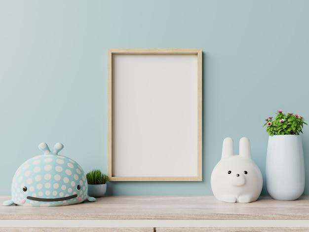 Quadro em branco na parede interior e azul do quarto de criança.