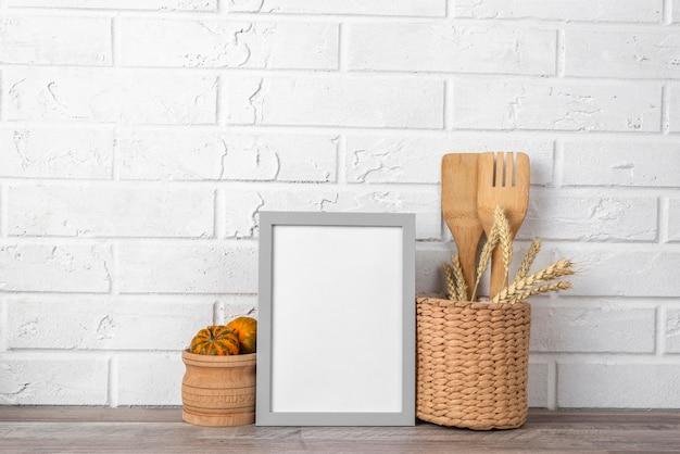 Quadro em branco no balcão da cozinha