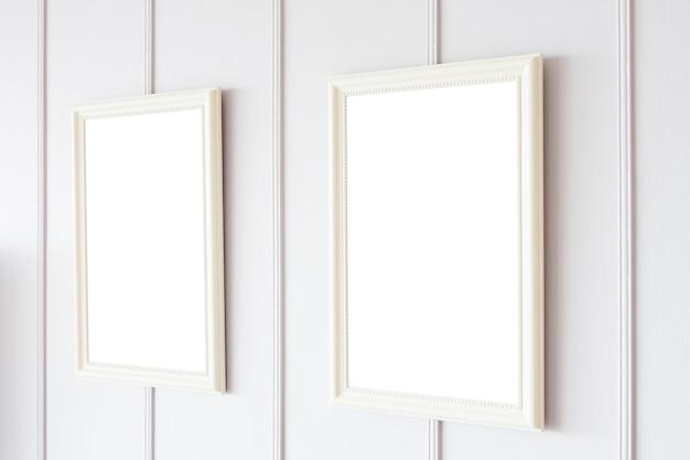 Quadro em branco no fundo da parede branca