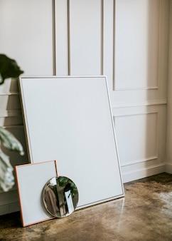 Quadro em branco por uma parede branca