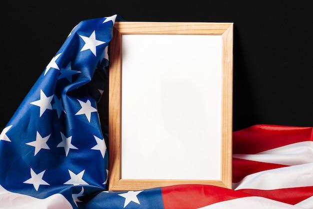 Quadro em branco sobre fundo de bandeira americana
