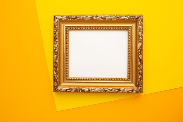 Quadro em um fundo amarelo. copie o espaço. vista de cima. foto de alta qualidade